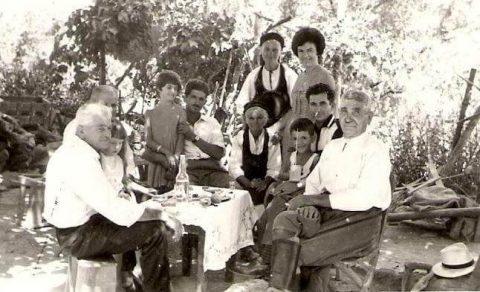 Αναμνηστική φωτογραφία σε αυλή σπιτίου ~ 1955-58